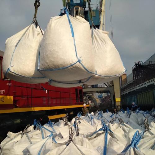 Перевалка бруситовой руды в контейнера